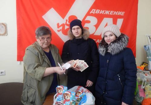 """Команда """"СТЭМ"""" передала в центр """"Забота"""" сладкие подарки"""